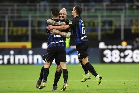 Jogadores da Inter comemoram a vitória desta segunda (Foto: AFP)