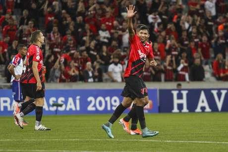 Rony, do Athletico Paranaense, comemora o seu gol durante partida contra o Bahia válida pela 4ª rodada do Campeonato Brasileiro 2019, na Arena da Baixada, em Curitiba