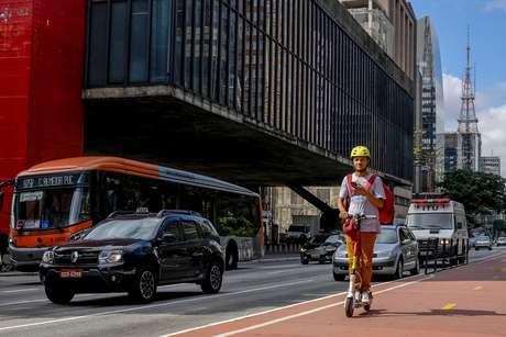 Pessoas usam patinete na Avenida Paulista, na região central de São Paulo
