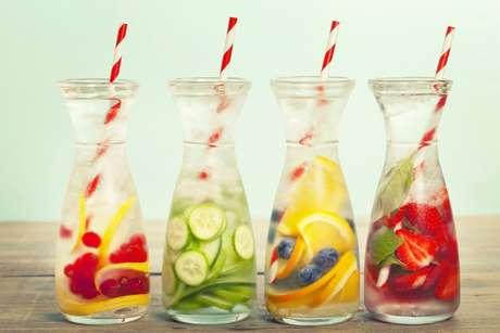 Água aromatizada com morango, pepino, laranja e morango