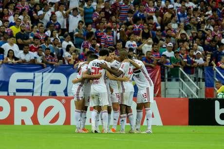 JOgadores do São Paulo comemoram o gol de Hernanes em partida contra o Fortaleza, válida pela quarta rodada do Campeonato Brasileiro 2019, na Arnea Castelão, em Fortaleza