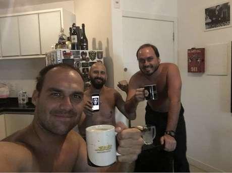 Carlos com o irmão Eduardo e o professor de jiu-jitsu e instrutor de armas Tony Eduardo (ao centro)