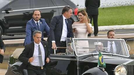 Carlos Bolsonaro (de pé, atrás do pai) ingressou na política aos 18 anos, quando se elegeu vereador no Rio de Janeiro