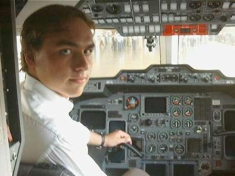 Carlos fez faculdade de Ciências Aeronáuticas na Universidade Estácio de Sá enquanto exercia mandato de vereador
