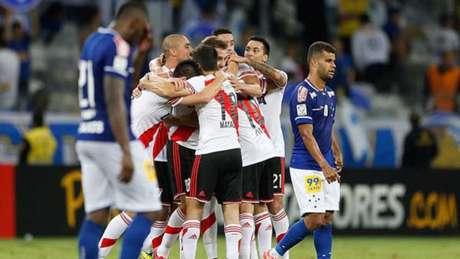 Em 2015, a Raposa eliminada pelo atual campeão da América nas quartas de final daquela Libertadores- (Foto: Reprodução / Arquivo)