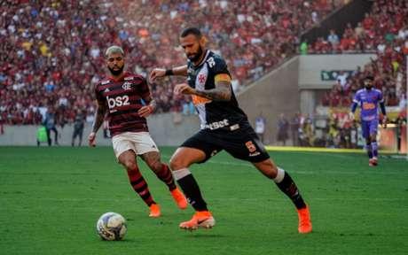 Leandro Castan em ação contra o Flamengo (Foto: Nayra Halm/Fotoarena)