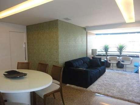 12. Ambiente integrado com sofá preto de 2 lugares. Fonte: Pinterest