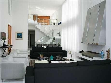 2. Decoração clean mesclando sofá preto e branco. Projeto de Luciane Leal