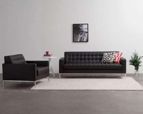 14. Decoração minimalista de sala com sofá preto. Fonte Viver em Casa