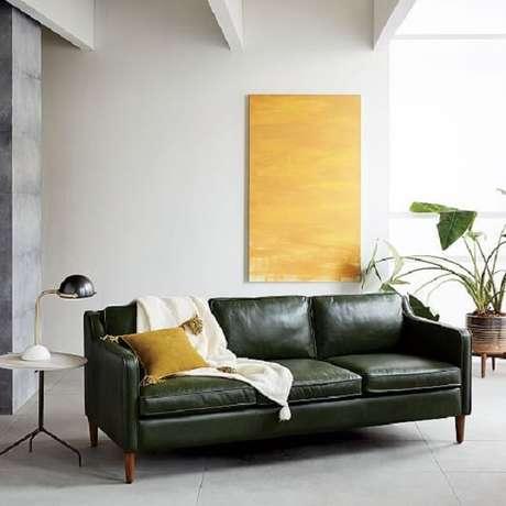 15. Decoração de sala de estar minimalista com a presença de um sofá 3 lugares preto de couro. Fonte: West Elm