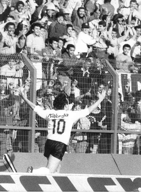 Neto comemora um dos gols na vitória contra o Flamengo