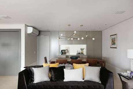 18. Invista em um sofá preto de veludo para sala de estar. Projeto de Karen Pisacane