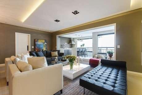 19. Mescle a decoração da sala de estar com sofá branco e preto. Projeto de Orlane Santos