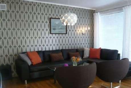 52. O papel de parede harmonizou bem com o sofá preto de canto. Fonte: Pinterest