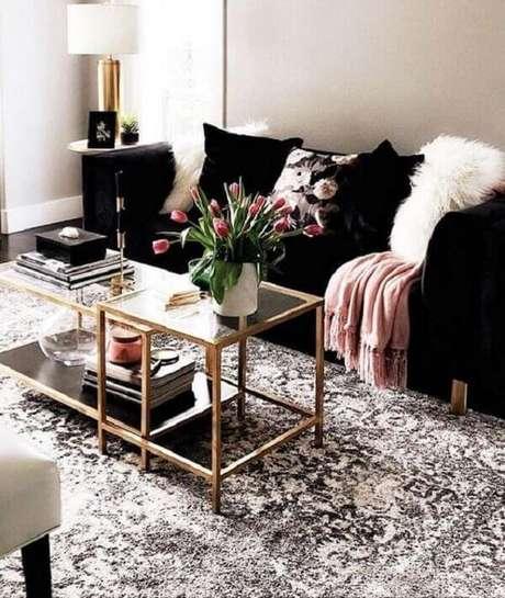 22. O sofá preto compõem a decoração com estilo contemporâneo. Fonte: Beauty and Ideas