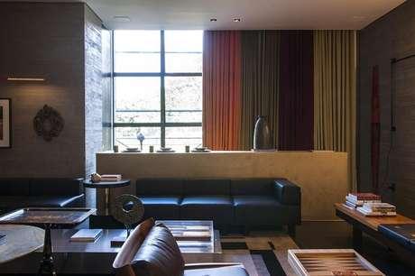 23. O sofá preto foi escolhido para compor a decoração desse ambiente. Fonte: Casa cor 2016