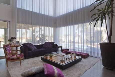 24. O sofá preto na decoração harmoniza ambientes com estampas. Projeto de Guardini Stancati Arquitetura + Designer