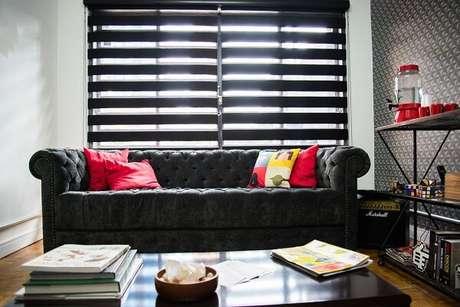26. Para decoração da sala de espera utilize sofá preto e almofadas. Projeto de None None