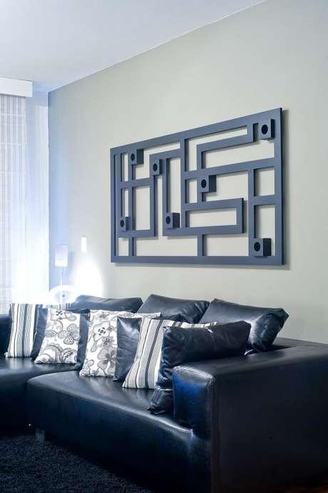 28. Quadro abstrato e sofá 3 lugares preto. Projeto de Patrícia Azoni