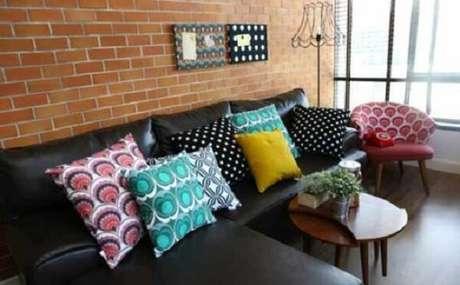 54. Que tal, sofá preto, almofadas coloridas e parede de tijolinhos? Fonte: Pinterest