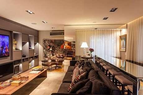 29. Sala ampla com sofá de 3 lugares e almofadas. Projeto de Juliana Pippi