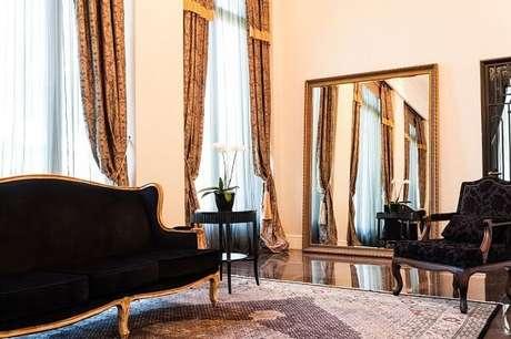 33. Decoração clássica com sofá preto e espelho. Projeto de Bender Arquitetura