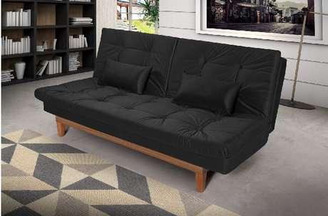 6. Aposte em sofá cama preto e traga ainda mais conforto para a sala de estar. Fonte: Madeira Madeira