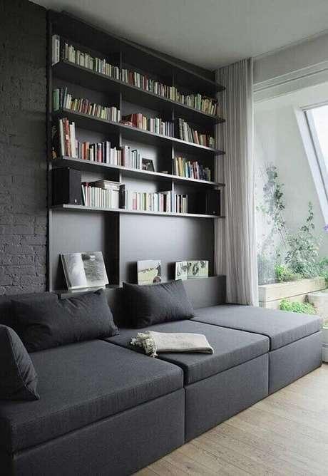 7. Sofá de canto preto conectado a prateleira de livros. Fonte: Pinterest