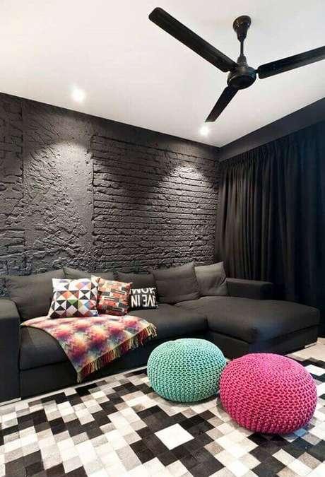 34. Sofá preto de canto e puff de crochê para decoração da sala. Fonte: Pinterest