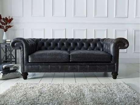 35. Sofá de couro preto clássico. Fonte: Home Furniture