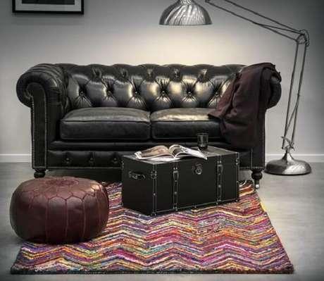 36. Sofá de couro preto utilizado para decorar a sala de estar. Fonte: Westwing