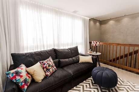 37. Sofá preto com almofadas coloridas. Projeto de Nathalia Bilibio Schwinn