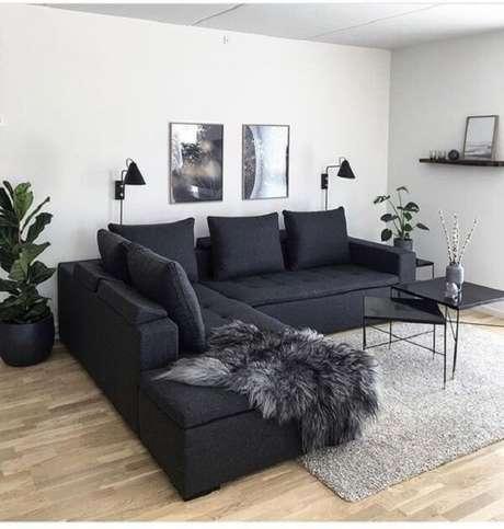 38. Sofá preto com almofadas de encosto fazem parte da decoração da sala de estar. Fonte: Pinterest