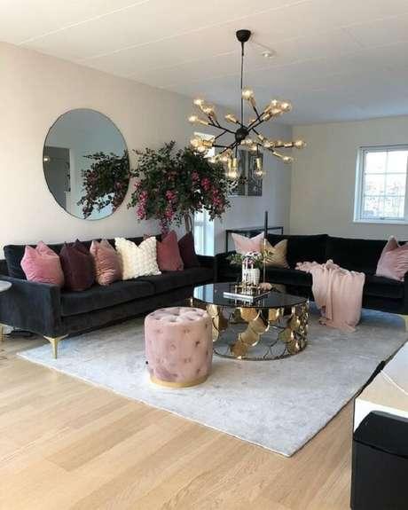 40. Sofá preto com pés dourados decorando a sala de estar. Fonte Pinterest