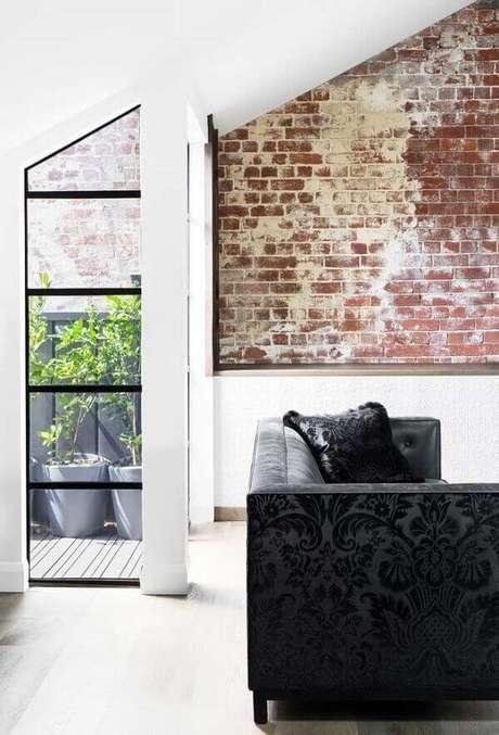 41. Sala com sofá preto com tecido em textura complementa a decoração do ambiente. Fonte: Pinterest