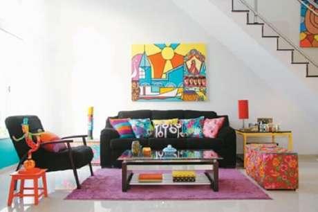 56. Sofá preto e almofadas coloridas encantam o ambiente. Fonte: Pinterest