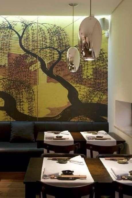 46. Sofá preto e parede adesivada complementa a decoração do restaurante. Projeto de Claudia Arakaki