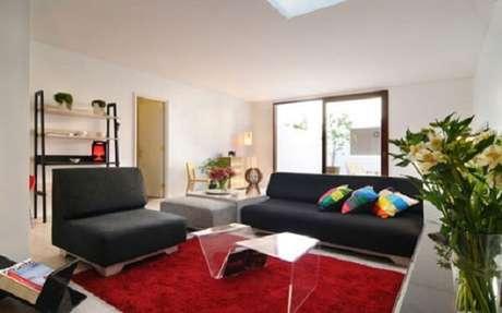 57. Sofá preto e tapete vermelho complementam a decoração do ambiente. Fonte: Pinterest