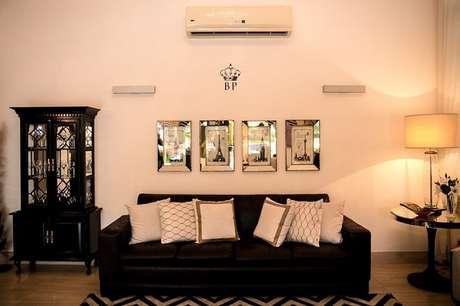 49. Tapete com estampa geométrica e sofá preto para sala de estar. Projeto Bruna Pardi Arquitetura e Interiores