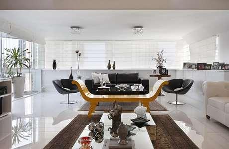 1. Transborde elegância ao mesclar sofá preto e branco na decoração. Fonte: Elaine Fonseca