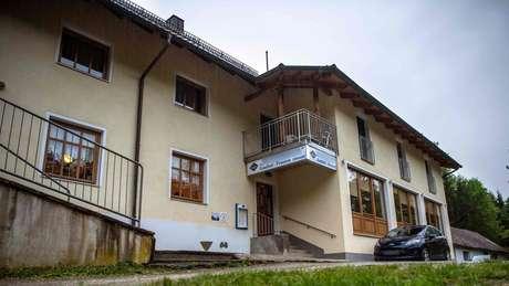 Os três foram encontrados em um quarto de hotel, no estado da Baviera no sábado, junto com três bestas modernas
