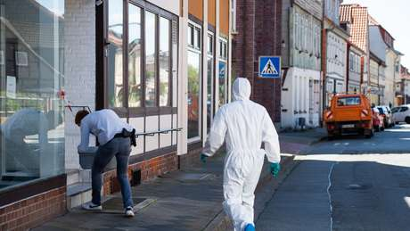 Peritos forenses examinam apartamento