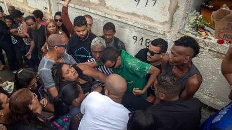 Militars dispararam mais de 200 tiros contra carro conduzido pelo músico Evaldo dos Santos Rosa, sendo que 83 atingiram o veículo. Esposa dele (sendo carregada na foto), o filho de sete anos, o sogro e uma amiga também estavam no veículo