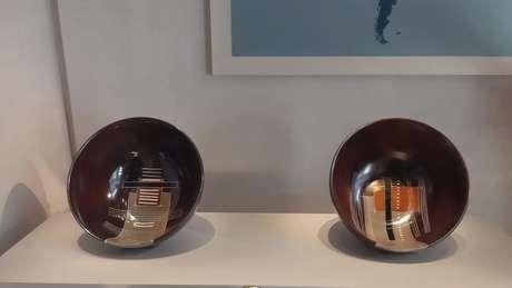 As peças de cerâmica presenteadas por Marisa Letícia a Laura Bush que estão no hall de entrada do museu