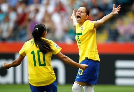 Érica e Marta comemoram gol da seleção brasileira de futebol feminino 06/07/2011 REUTERS/Kai Pfaffenbach/File Photo