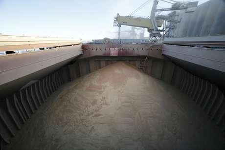 Navio carregado com trigo para exportação no porto de Dunkirk, França  11/12/2013 REUTERS/Pascal Rossignol