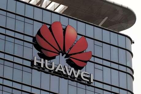 Logotipo da Huawei na fachada dos escritórios da empresa na provínica de Guangdong. 25/3/2019. REUTERS/Tyrone Siu