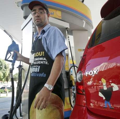 Frentista em posto Ipiranga, parte do grupo Ultrapar  09/03/2007 REUTERS/Sergio Moraes