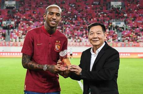 Talisca recebe o prêmio de melhor jogador do mês de abril (Foto: Divulgação)