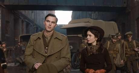 Nicholas Hoult, como Tolkien, ao lado de Lilly Collins, como Edith, que viria ser a esposa do escritor (Foto: Reprodução / Fox Searchlight)